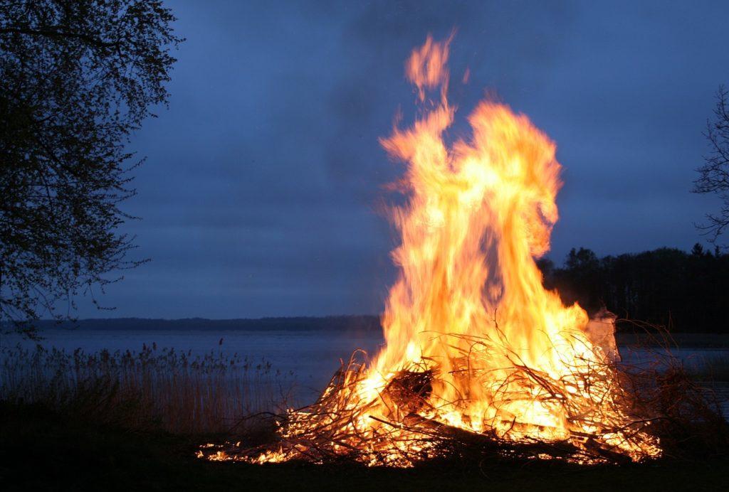 plaisirdetresoi-plaisir etre soi-beltane-accueillir energie de beltane-printemps-saison claire-celte-celtisme-paganisme-feu-feu de bel
